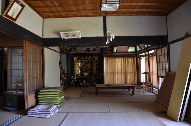 ごく普通の田舎のおうち、という感じだった居間。畳もだいぶ年季が入っていました。