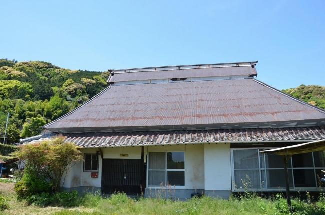 リノベーション前の古民家を正面から。素敵な家ですが、屋根が剥がれていたりするところも。