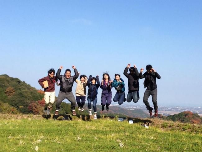 古民家をリノベーションした8人の学生たち。抜群の眺望を誇る現場近くでジャンプ!