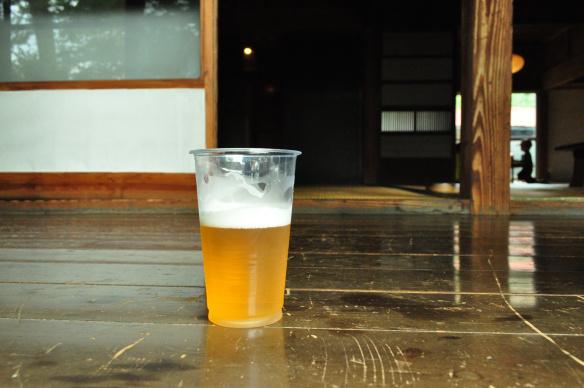縁側で飲むビールは最高!