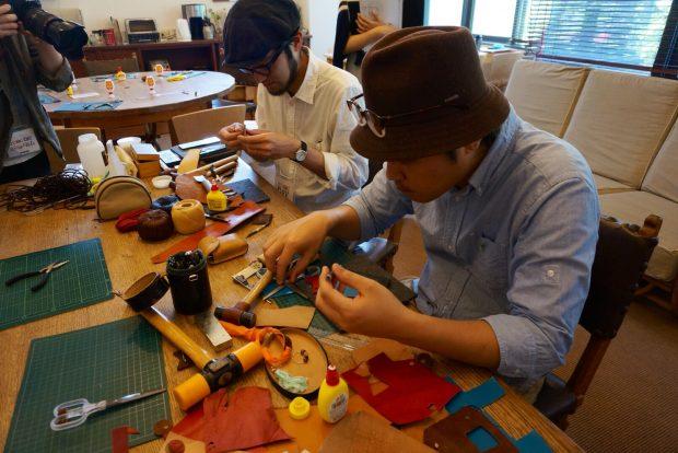 パタゴニア鎌倉店では鎌倉を拠点に活動しているKULUSKAによる廃材を活用したレザーアクセサリーワークショップを体験。革や布の端切れからアクセサリーを作る。本格的な革細工用の工具で切ったりくりぬいたり継ぎ合わせたり。無限の組み合わせを楽しめる。