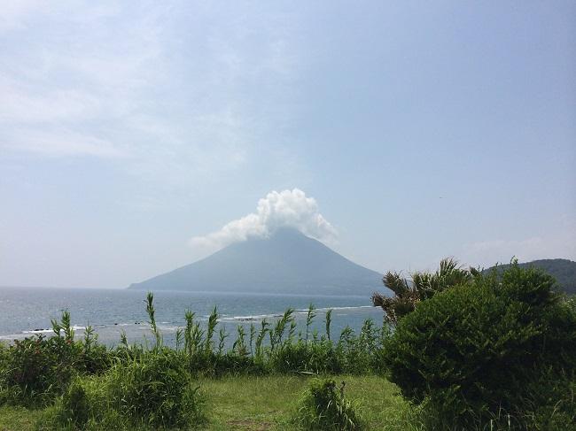 鹿児島・長崎鼻から見る開聞岳と海。この海を渡り、篠原鳳作さんも私もここまで来たと思うと感慨深い。