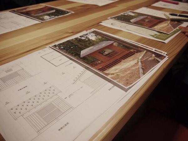 湯守の森に建てる予定の板倉構法の小屋の設計図案。「5名で2日間で建てられる」と安藤先生からの言葉に、参加者一同ワクワク。(小屋の建築実習は10月の予定)