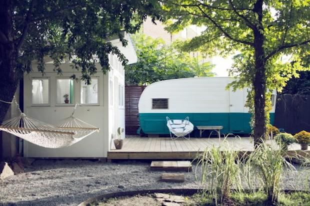自宅の裏庭は手作りの宿「Shasta Camper」