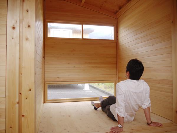 室内一坪部分。人がゴロンとできる広さで、天井高さもあります。屋根以外はひのきの無垢材。