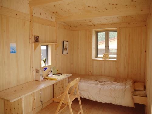 室内に造作されているベッドや机もひのき。こちらもすっきりしていながら広さを充分感じる空間。