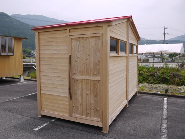 最小1坪の超小型ハウスの外観。プロトタイプは3つ連結して3坪の広さに。組立は3人がかりで1日で完成。