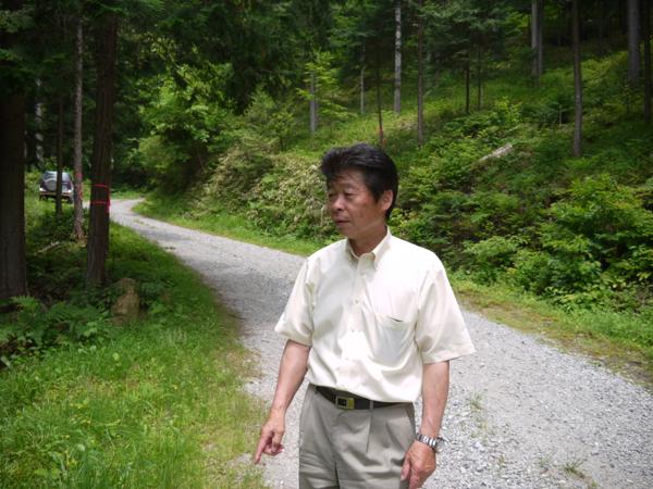 「1本1本の木の将来を考えながらの森づくりは、子供を育てるようなもの」と森づくりの説明をしてくださった内木組合長。
