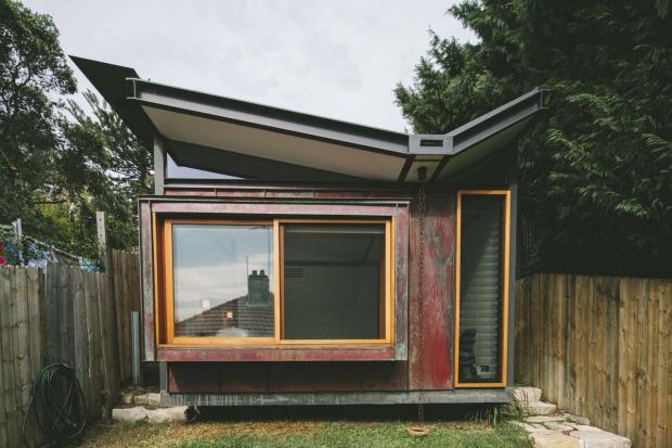 チョウチョ屋根の隠れ家的ビーチハウス「TAKT Copper House」