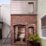 古びたボイラー室が洗練されたゲストハウスへ変貌?!「A Compact Three-Story Brick Loft」