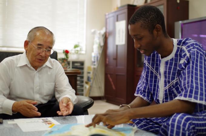 昨年の参加者、セネガル出身のアリさんと当時の上毛町町長。このように学生ながら町長さんと話す機会もあるかも!