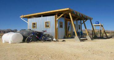 群衆のストレスから解放!元ニューヨーカーが住む砂漠の中の小さなほったて小屋「John wells tiny house」