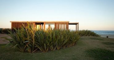 風景をじゃましない、理想的な海の家「A Simple Modern House in Uruguay by Julie Carlson」
