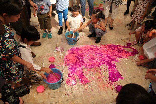 初めての方法で絵を描く子ども達。どんな作品になるのか興味津々。