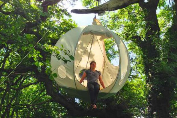 木の枝からぶらーんと吊り下げるミノムシ気分の球型テント「the hanging tent company floats」