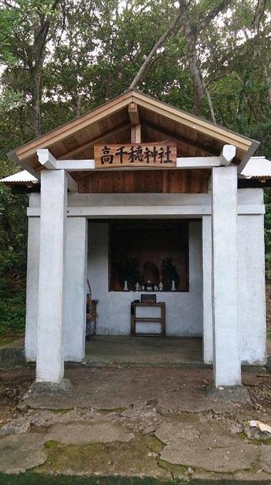 新しい看板も掲げてペンキも塗り直した高千穂神社。看板の文字はこの神社がある瀬武という集落の区長さん、川畑さんによるもの。