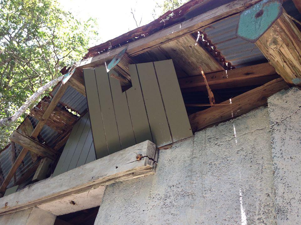 台風も多いところなのでどうしても屋根の傷みが早い加計呂麻島。トタン屋根は隙間が空いて今にも剥がれそうでした。