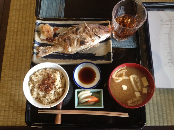 本日の焼き魚定食800円。玄米か白米か選べて、ご飯とお味噌汁はおかわり自由。お得すぎる…!