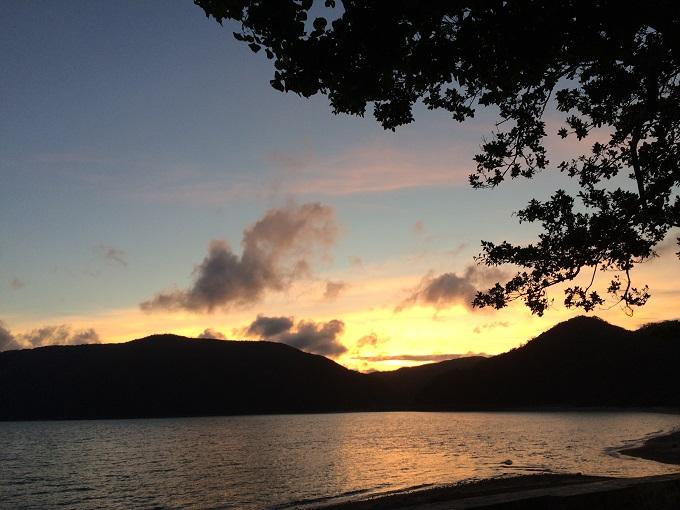 友人たちが訪れるとよく一緒に眺める近所の浜の夕日。