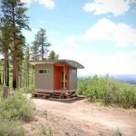 丘の上にたたずむ小さな小さな瞑想小屋「Lama Foundation Hut」
