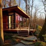 雑木林の中にある岩に挟まれた大きなクルミの家「 STUDIO RETREAT」
