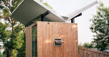 チョウチョ屋根には理由がある、禅の美学を持つスモールハウス「Butterfly Roof Meditation Hut」