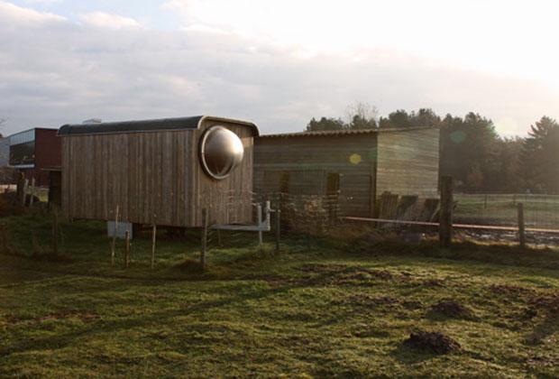 庭に潜水艇?家族の隠れ家として生まれ変わった破棄トレーラー「Abandoned trailer converted」