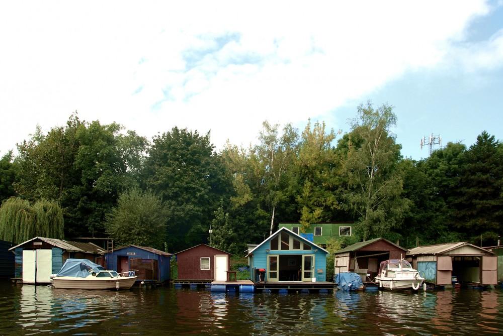 水の上での小さな暮らし「houseboat」