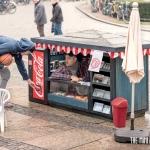 小さいから目立つ、コカコーラのプロモーション用スモールハウス「coca-cola mini kiosks by ogilvy & mather」