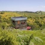 大自然の中に置かれたサイコロハウス「A STRAW BALE CABIN」