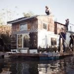 汚染されたブルックリンの運河に浮かぶ、実験的ボートハウス「Jerko」