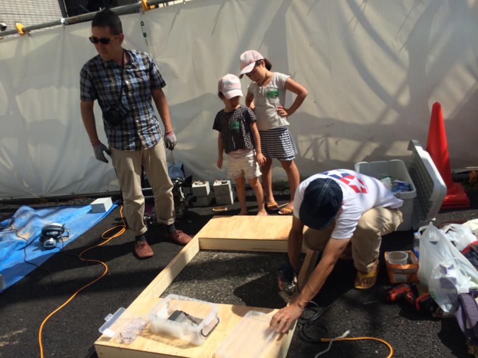 施主の鈴木菜央さんと娘さんの、にこちゃん(10歳、小学4年生)、みりちゃん(8歳、小学2年生)も家族で小屋作り