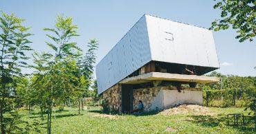 手動ウインチで開閉する秘密基地のような家「Caja Oscura」