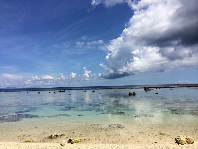 沖永良部島の空港近くにある道路から茂みをくぐっていく ビーチ。どこから空でどこから海なのかわからないぐらい透き通っています。