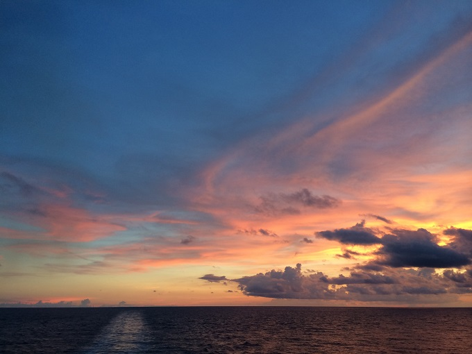 沖永良部島から帰るフェリーの中で見た夕暮れの景色。