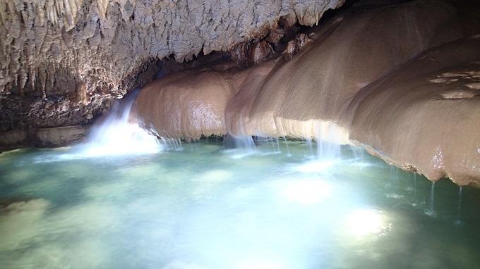 こちらも沖永良部島の鍾乳洞の中の風景。鍾乳洞探検は沖永良部島に行ったらぜひともやってみて欲しい体験のひとつ。