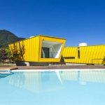 大自然の中に、ひときわ目立つ黄色の建物「Moai Pension」
