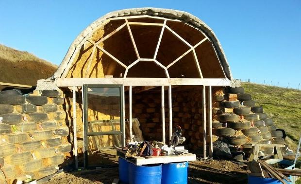 材料は廃タイヤ、みんなで建てる草原の家「Micro Earthship」