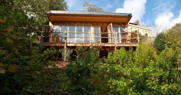 木々に囲まれたごきげんデッキと自然素材を使ったタイニーハウス「Garden, Owned by sheddie Joanne Scofield」