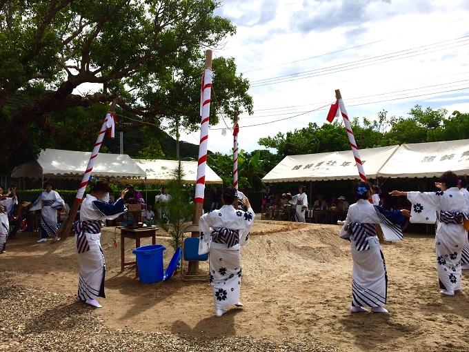 男性たちが作った土俵の周りで女性たちが出し物の踊りを披露したり。