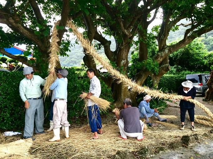 こちらは豊年祭の準備の様子。男性陣は土俵に使う綱を作ります。