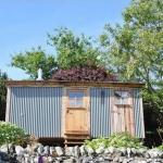 必要なものはこれだけでいい、素朴で簡素な、庭師の家「OFF GRID GARDENER'S HUT」