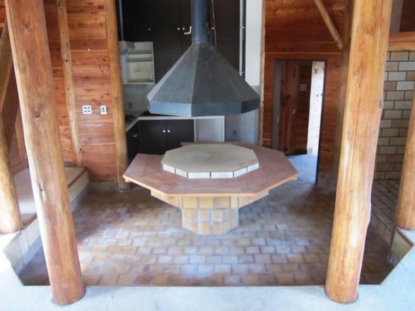 リビング中央部分には造り付けのテーブル