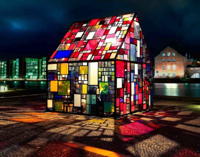 ゴミを通して 都市とはなにか? を再定義する「Tom Fruin's Stained Glass House」