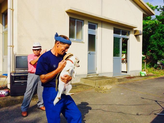 こちらは私が住む集落から少し離れた安脚場という場所の豊年祭の様子。人だけではなく犬も踊ります。