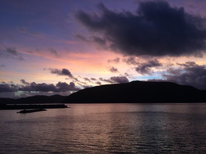 今年の豊年祭のあとに見えた夕陽。素晴らしく綺麗で堤防でビールを飲みながら見とれました。
