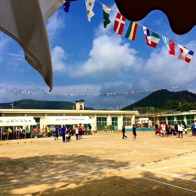 運動会当日は色とりどりの旗が校庭を彩り、大人も子どもも皆真剣です。