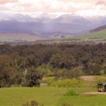 田園風景にたたずむオフグリッドハウス、360°の開けた風景を独り占め「tintaldra cabin」