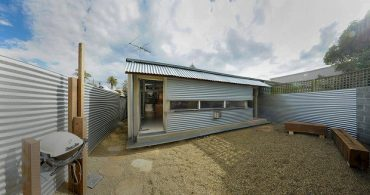 屋内と屋外を融合させるための家「Compact Australian Home Clad in Steal and Concrete」