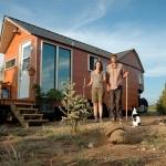 19㎡のトレーラーに1年半住んでわかった、タイニーハウスのリアル。「The Caverly's eco-friendly 204 square foot home」